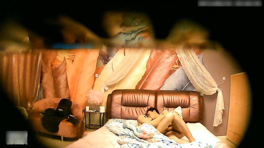 特色酒店偷拍高挑性感的大长腿美女和男友酒店啪啪口爆吞精后男友扣着嫩穴又射她一身