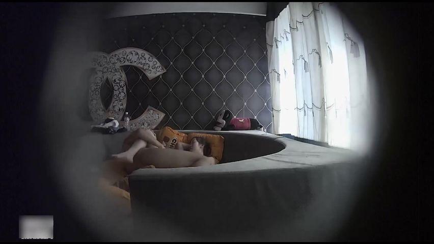 白嫩漂亮的齐刘海小美女和男友酒店约会连胸罩都没穿,2个奶子像大白兔一样粉嫩