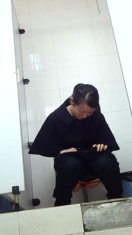 商场厕拍妹子的红内裤很是扎眼